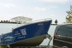 Boot-wird-zu-Wasser-gelassen